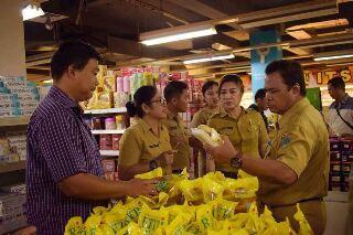 Pemkot Bitung dipimpin Asisten Perekonomian dan Pembangunan Setda Kota Bitung Drs Malton Andalangi,ketika melakukan sidak dim salah satu supermarket (foto ist)