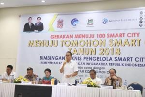 Wali Kota Tomohon Jimmy F Eman SE Ak saat membuka dan membawakan materi di Bimtek