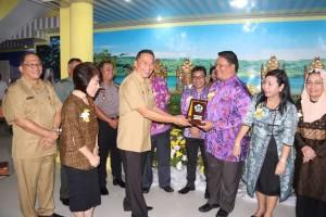 Saling tukar cendera mata Komite III DPD-RI dengan Wali Kota Tomohon