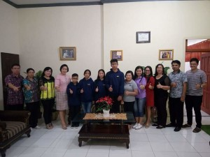 Kadis Dikbud bersama keempat siswa dan orang tua usai acara pelepasan