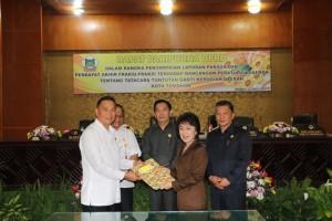 Wali Kota Tomohon, Ketua DPRD, para wakil ketua serta Sekretaris Kota usai penetapan Perda tatacara Tuntutan Ganti Kerugian