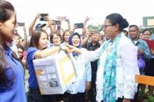 Menteri saat memberikan bantuan kepada warga binaan di Lapas Anak Kolongan Tomohon
