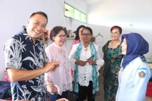 Menteri bersama wali kota dan wakil wali kota