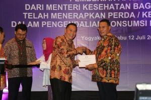 Wali Kota Tomohon Jimmy F Eman SE Ak menerima penghargaan Paramesti dari Kementerian Kesehatan RI