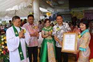 Wali kota menyerahkan Piagam WTP kepada Ketua DPRD disampingi Wakil Wali Kota diskasikan Gubernur dan Ketua BPMS GMIM