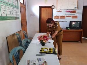 SAS saat berada di Kantor Kelurahan Lahendong yang kosong