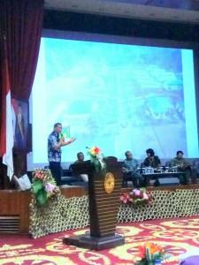 Wali Kota Tomohon membawakan materi di Seminar Florikultura
