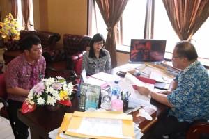 Kepala UPTB Pajak dan Retribusi Tomohon saat bertemu Sekkot Tomohon