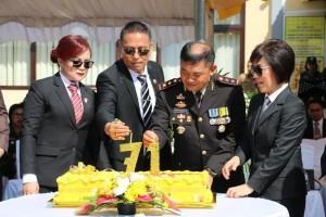 Kapolres, Wali Kota, Wakil Wali Kota dan  Ketua DPRD memasnag Lilin HUT ke-71