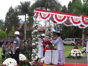Wali Kota Tomohon menyerahkan bendera yang akan dikibarkan