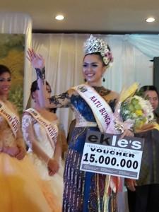 Gabriela Mandolang ninobatkan sebagai Ratu Bunga Nusantara 2017