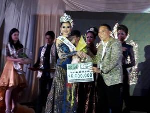 Wali Kota Tomohon menyerahkan hadiah kepada Ratu BUnga Nusantara 2017