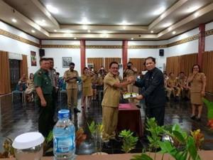 Drs Jhon W Kapoh M.Si,  Camat Tombariri