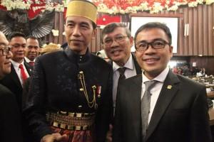 Dua Senator asal Sukut Ir Stefanus BAN Liow dan Ir Marhany Pua dan Presiden RI Ir Joko Widodo yang menggunakan pakaian adat