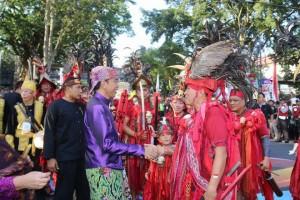 Presiden Jokowi turun dari panggung memberikan selamat kepada Wali Kota Tomohon JImmy F Eman SE Ak