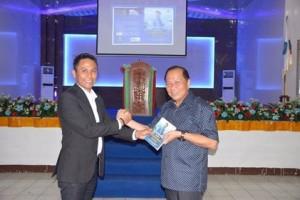 Lomban Bedah Buku Karya Roy Untu