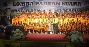 Paduan Suara Pelayan Khusus GMIM Bukit Sion Rurukan dan Ketua Panitia TIFF Syerly Adelyn Sompotan