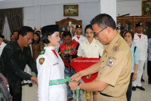 Wali Kota memasang tanda Paskibraka kepada salah satu anggota