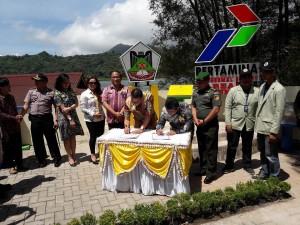 Wali Kota Tomohon dan Dirut PT PGE menandatangani MoU