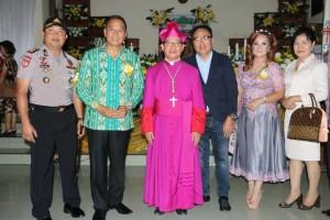 Wali Kota Tomohon, Wakil Wali Kota, Kapollres dan Theo Toemion foto bersama Uskkup Manado