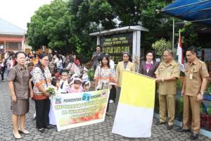 Sekretaris Kota saat melepas peserta Pawai Bocah