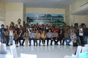 Foto bersama peserta dialog