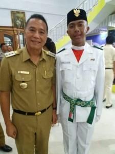 Gabriel bersama Wali Kota Tomohon usai pengukuhan Paskibraka