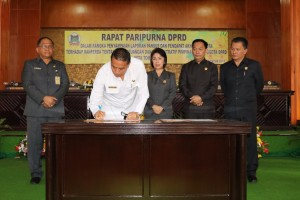 Wali Kota Tomohon bersama pimpinan DPRD dan Sekretaris Kota
