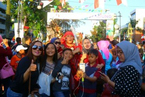 Penonton berfoto bersama Wali Kota Tomohon yang memimpin Tarian Kabasaran