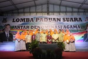 Wali Kota Tomohon, Ketua Panitia LOmba Paduan Suara, Sekretaris Kota bersama Umat Muslim yang ikut berpartisipasi