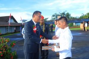 Wali Kota Tomohon menyerahkan surat remisi