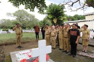 Olly Ziarah ke Makam Mantan Gubernur Sulut