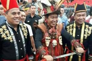 Hadiri Paripurna HUT ke-53 Provinsi Sulut, Bupati Sumendap Pakai Baju Kabasaran