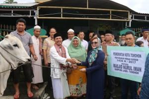 Wakil Wali Kota Tomohon serahkan hewan kurban kepada umat Muslim