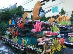 Float yang ditampilkan Kota Tomohon di Manado Fiesta