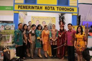 Ketua Apeksi yang juga Wali Kota Tangerang Selatan mengunjungi Stand Tomohon