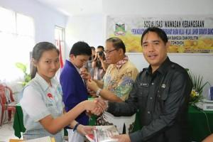 Kepala Badan Kesbang menyematkan secara simbolis tanda peserta