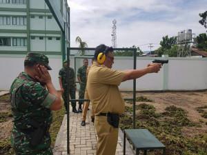 Olly Latihan Menembak bersama Pangdam XIII Merdeka