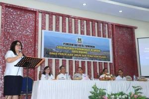 Kadis PU dan PR Joice Cherrly Lidya Taroreh ST MSi membawakan laporan