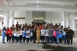 Tim basket SMA Lokon foto bersama dengan Wali Kota Tomohon