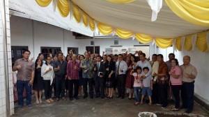 SEkretaris Kota Ir Harold V Lolowang MSc MTh bersama jemaat GMAHK Matani