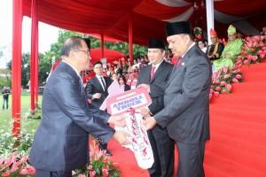 Sekretaris Kota Tomohon Ir harold V Lolowang MSc MTh saat menerima bantuan dua kendaraan pengangkut sampah dari Pemprov Sulut