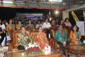 Wali kota, wakil wali Kota, sekretaris kota bersama jajaran di Stand Pameran Kota Tomohon