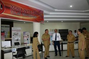 Wali Kota Tomohon saat meninjau kesiapan launching kantor pelayanan publik