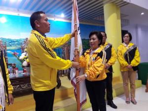 Wali Kota Tomohon menyerahkan Pataka kepada Ketua KONi Tomohon