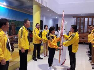 Ketua KONI Tomohon menyerahkan Pataka kepada Ketua Kontingen