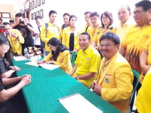 Jajaran pengurus DPD II Partai Golkar Tomohon yang mendaftar di KPU