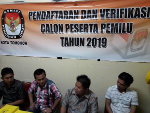 Komisioner KPU menerima pendaftaran Partai Golkar Tomohon