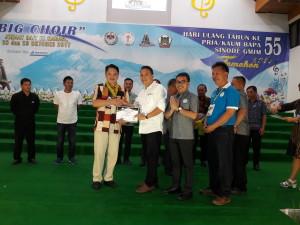 Wali Kota menyerahkan medali kepada Ketua P/KB Kakaskasen Maranatha