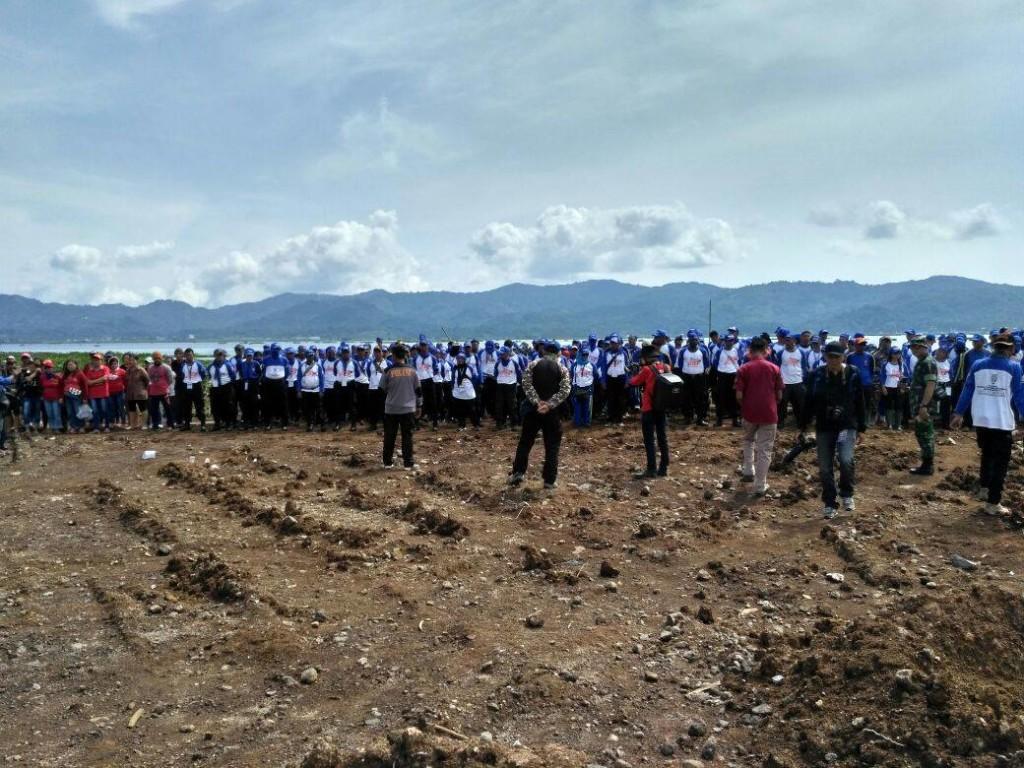 Peserta Tagana bersama ASN, TNI, Polri dan masyarakat melaksanakan bhakti sosial pengangkatan enceng gondok (EG) di Danau Tondano, Kamis (26/10/2017)